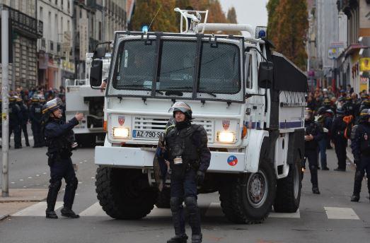 Emmanuel Macron s'engage à verser une prime exceptionnelle aux forces de l'ordre