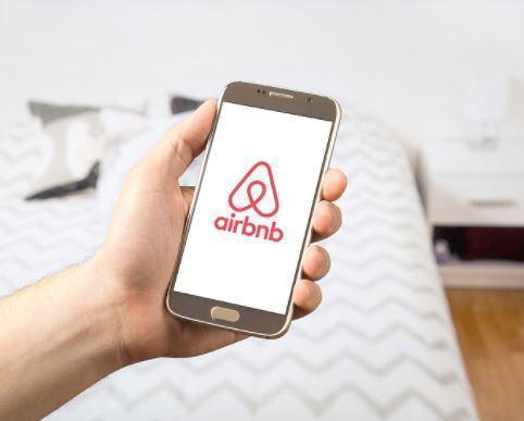 Locations type Airbnb : l'Assemblée reporte l'interdiction de cartes prépayées à 2019
