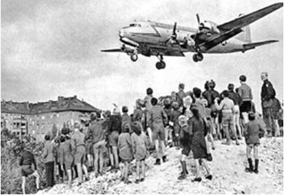 « Pont aérien à Berlin? Non, avec le Qatar! L'Iran a envoyé cinq avions remplis de 450 tonnes de légumes à l'émirat !! » L'édito de Charles SANNAT