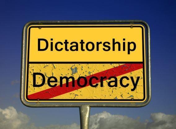 Démocratie 2.0 ! Une enseignante menottée pour s'être plainte de son salaire