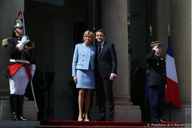 Rassurés ? Costume bon marché et tailleur Vuitton prêté pour les Macron !!
