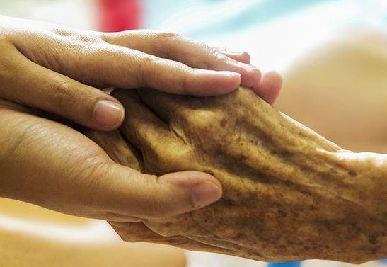 « Il faut euthanasier tous les grand-parents car ils sont nuisibles pour les enfants ! » L'édito de Charles SANNAT