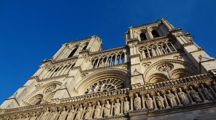 « Les pleins pouvoirs pour la reconstruction de Notre-Dame votés !!» L'édito de Charles SANNAT